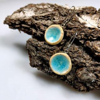 Ceramiczne kolczyki Źródlana Woda, ręcznie zrobione dla kobiety, która chce się wyróżnić, są niepowtarzalne i przykuwają uwagę.
