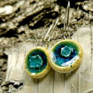Ceramiczne kolczyki Głębia Turkusu, ręcznie zrobione dla kobiety, która chce się wyróżnić, są niepowtarzalne i przykuwają uwagę.