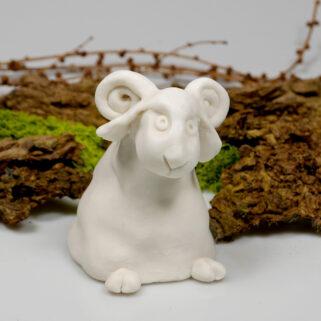 Biały baranek wykonany ręcznie z gliny