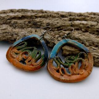 Ceramiczne kolczyki Zaczarowana Łąka, ręcznie zrobione dla kobiety, która chce się wyróżnić, są niepowtarzalne i przykuwają uwagę.