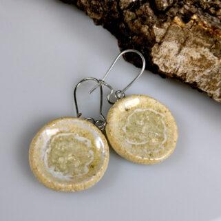 Ceramiczne kolczyki Mroźne Wyspy, ręcznie zrobione dla kobiety, która chce się wyróżnić, są niepowtarzalne i przykuwają uwagę.