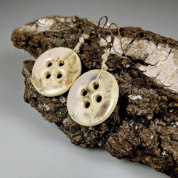 Ceramiczne kolczyki Koktajl Owocowy, ręcznie zrobione dla kobiety, która chce się wyróżnić, są niepowtarzalne i przykuwają uwagę.
