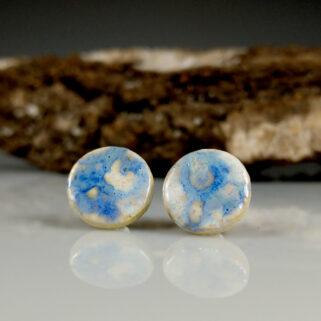 Ceramiczne kolczyki Skrawki Nieba, ręcznie zrobione dla kobiety, która chce się wyróżnić, są niepowtarzalne i przykuwają uwagę.
