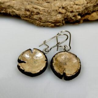 Ceramiczne kolczyki Kolory Ziemi, ręcznie zrobione dla kobiety, która chce się wyróżnić, są niepowtarzalne i przykuwają uwagę.
