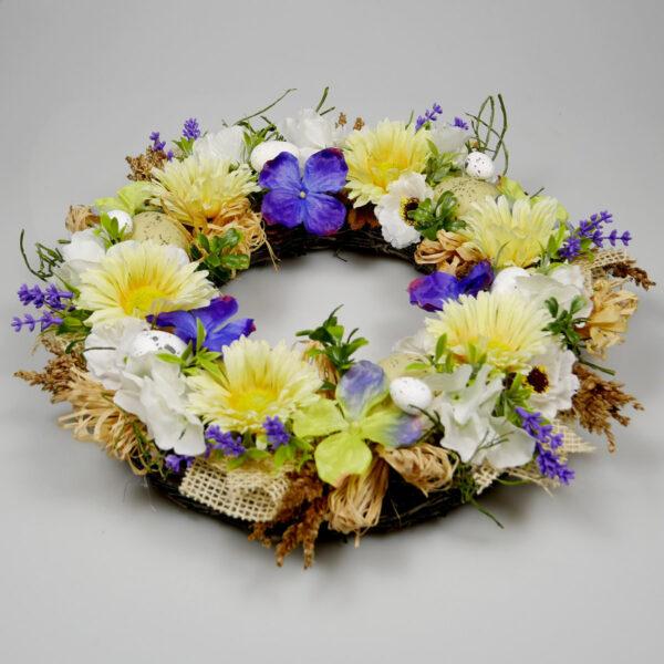Dekoracja wielkanocna z kwiatów na ścianę