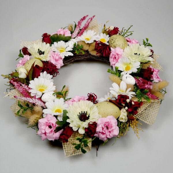 Wianek z białych i różowych kwiatów wiosennych, stroik świąteczny