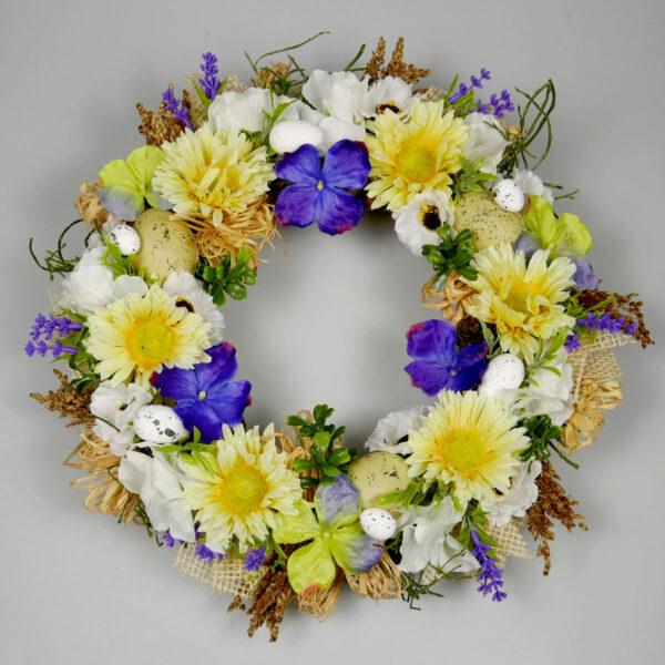 Ozdoba z kwiatów na święta wielkanocne w kolorze żółto-fioletowym