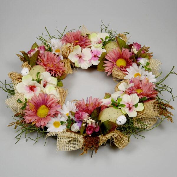 Wieniec z różowych kwiatów na drzwi, dekoracja wiosenna