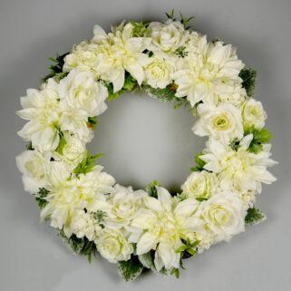 Dekoracja weselna biały wieniec z kwiatów