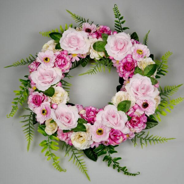 Całoroczna dekoracja drzwi z różowych kwiatów