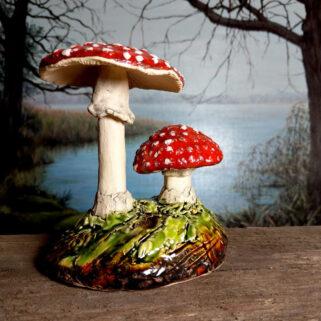 Ceramiczne grzyby muchomory rzeźba
