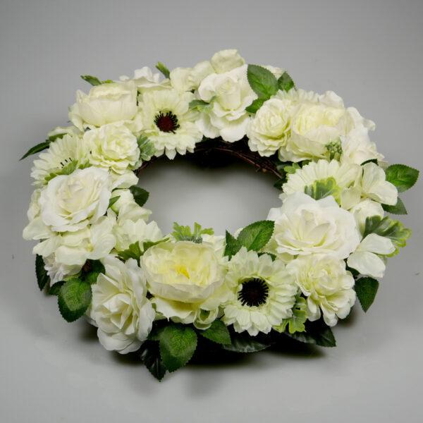 Biały wianek kwiatowy dekoracja drzwi na ślub