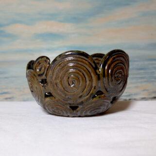Brązowa ażurowa miska ceramiczna
