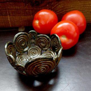 Brązowa ażurowa miska ceramiczna, spiralki, uformowana i poszkliwiona ręcznie