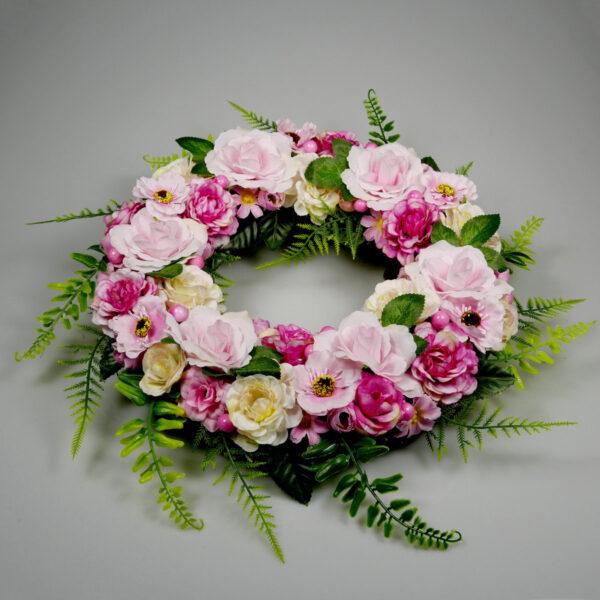 Romantyczny wianek z różowych kwiatów do zawieszenia na ścianie